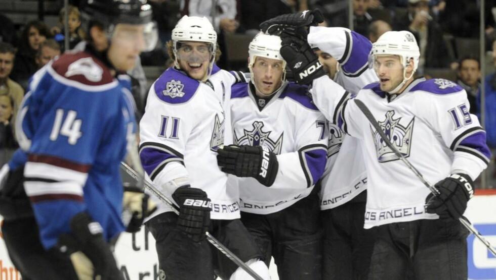KONGEMÅL: Her feirer Los Angeles Kings-spillerne Rob Scuderis åpningsmål mot Avalanche. Foto: AP/The Denver Post, Aron Ontiveroz