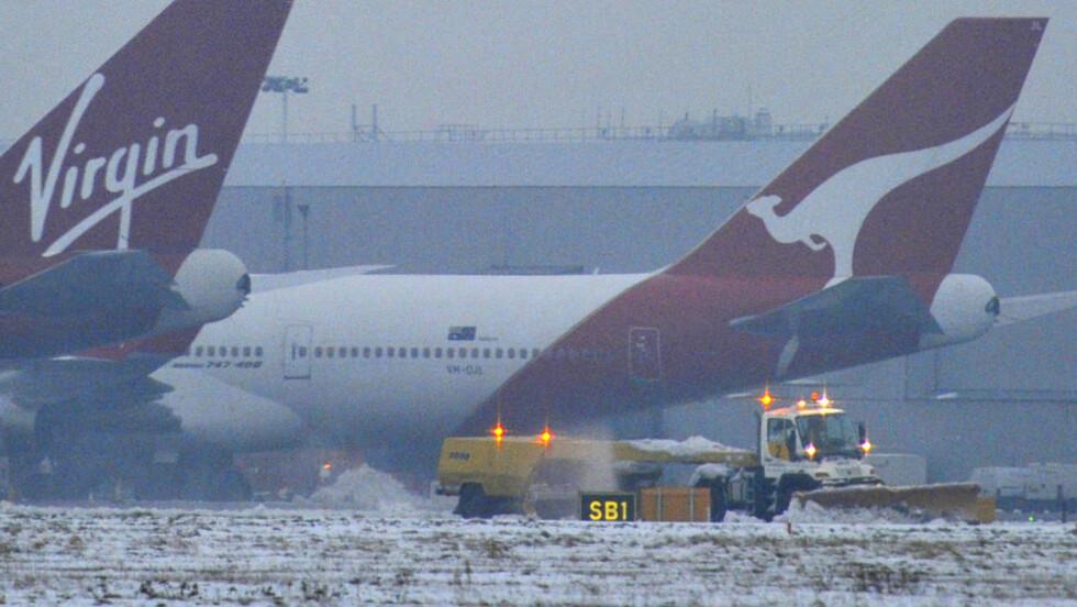 I FERD MED Å LØSNE: Heathrow har vært blant de hardest rammede flyplassene i vinterværet som har skapt store problemer i fly- og togtrafikken i Europa. Onsdag håpet man på bedring. Foto: REUTERS / Toby Melville / SCANPIX