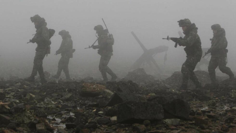 KLAR TIL ØVELSE: Bildet viser sørkoreanske soldater som patruljerer langs kysten av Dangjin, sør for Seoul. I dag varslet Sør-Korea at de skal gjennomføre landets største militære øvelse nær grensa til Nord-Korea. Dette skjer bare en månede etter at Nord-Korea angrep sør, og fire mistet livet. Foto: AP Photo