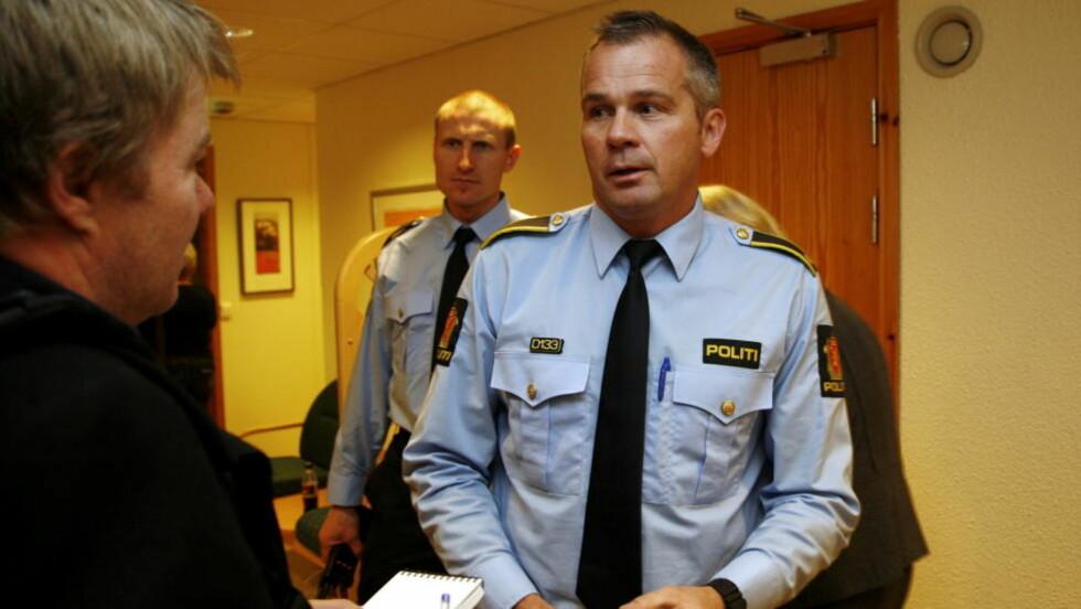 ETTERFORSKER DATATRAFIKK: Politiet, ved Bengt Ivan Blom (i midten), tror skuddene ble avfyrt om natta. Foto: Tom E. Østhuus, Dagbladet.