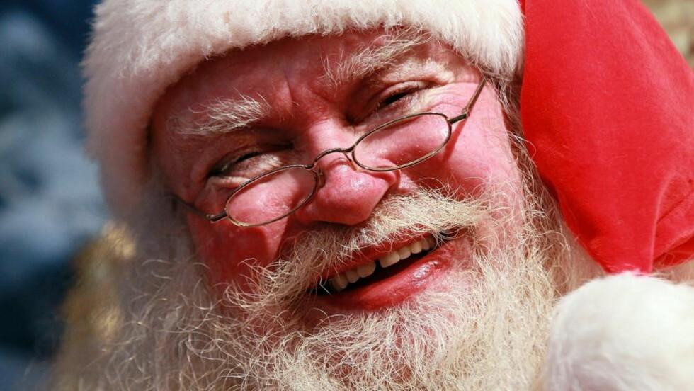 NISSEFAR PÅ RANSTOKT: Det er ikke alle julenisser som er like gavemilde og snille. I USA ranet en mann utkledd som julenisse en yachtklubb. Nissen på bildet har ingenting med den hendelsen å gjøre. Foto: Justin Sullivan/Getty Images/AFP