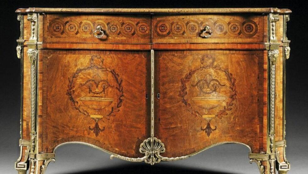 EKSKLUSIVT: Kommoden i lakkert rosentre fra cirka 1770 ble solgt for 35 millioner kroner via auksjonshuset Sothebys 7.desember i år. Kommoden sies å tilhøre møbeldesigner Thomas Chippendale. Foto: Sotheby's