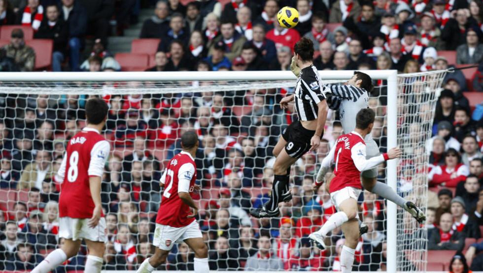 PÅ TOPP: Andy Carroll har levert varene for nyopprykkede Newcastle, som her mot fire Arsenal-spillere ute av stand til å stanse ham. Prestasjonene for klubben fra Tyneside gjør at angriperen inntar spissplassen på vårt topplag denne høsten.Foto: SCANPIX/AP/Kirsty Wigglesworth