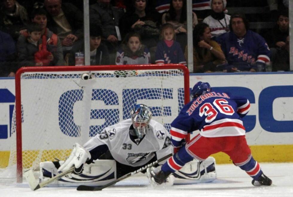 FINTET UT MÅLVAKT: Mats Zuccarello Aasen fikk omsider sin NHL-debut for New York Rangers, og takket for tilliten blant annet ved å finte ut Tampa Bay-målvakt Dan Ellis i straffeslagkonkurransen.Foto: SCANPIX/AP Photo/Mary Altaffer