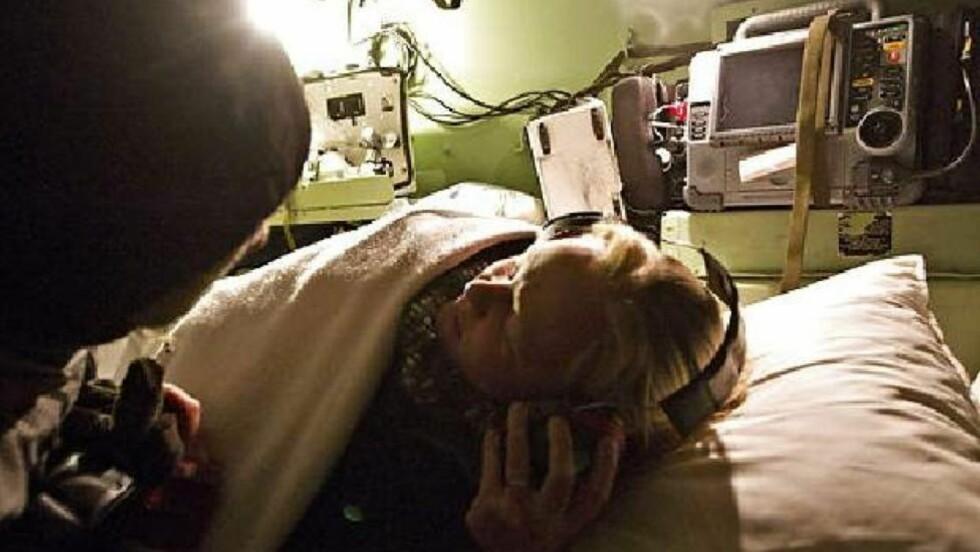DRAMATISK: Gitte Wang Hansen (23) er nå i beltevogn på vei til sykehus. Hun og kjæresten Fredrik trodde de skulle snø inne, og at hun måtte føde hjemme. Foto: Foto: Nils Meilvang/BT
