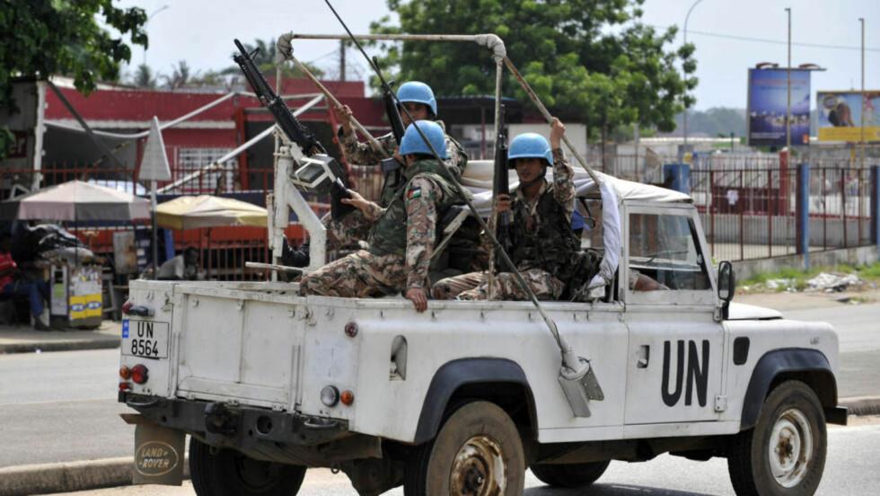STERKT VAKTHOLD: FN-styrker holdt vakt i Abidjan julaften. Foto: REUTERS / Thierry Gouegnon / SCANPIX