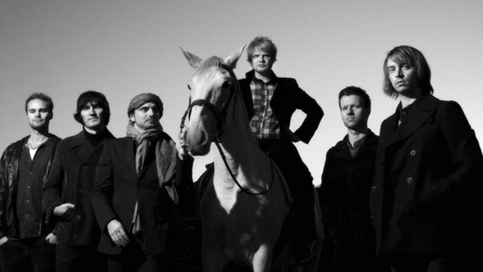 Stjernelag: Anders Tjore (på hesteryggen) har med seg noen av landets ypperste musikere når den lenge bebudete Turns-platen omsider er ute.