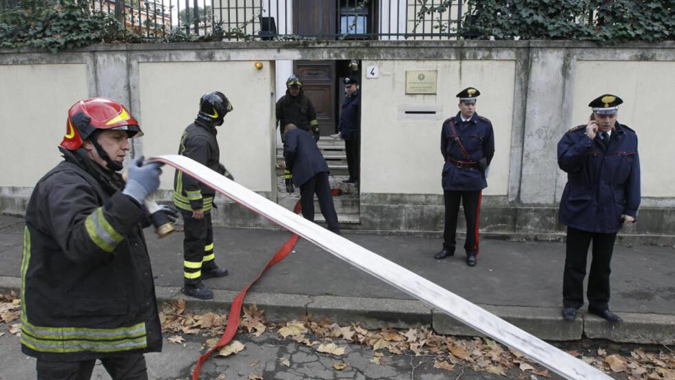 USKADELIGGJORDE: Brannmenn og politimenn står utenfor den greske ambassaden i Roma. Italienske bombeeksperter uskadeliggjorde en mistenkelig pakke som ble funnet i ambassaden. Det ble varslet om flere funn av mistenkelige pakker på flere ambassader i byen, men disse viste seg å ikke inneholde eksplosiver. REUTERS/Alessandro Bianchi