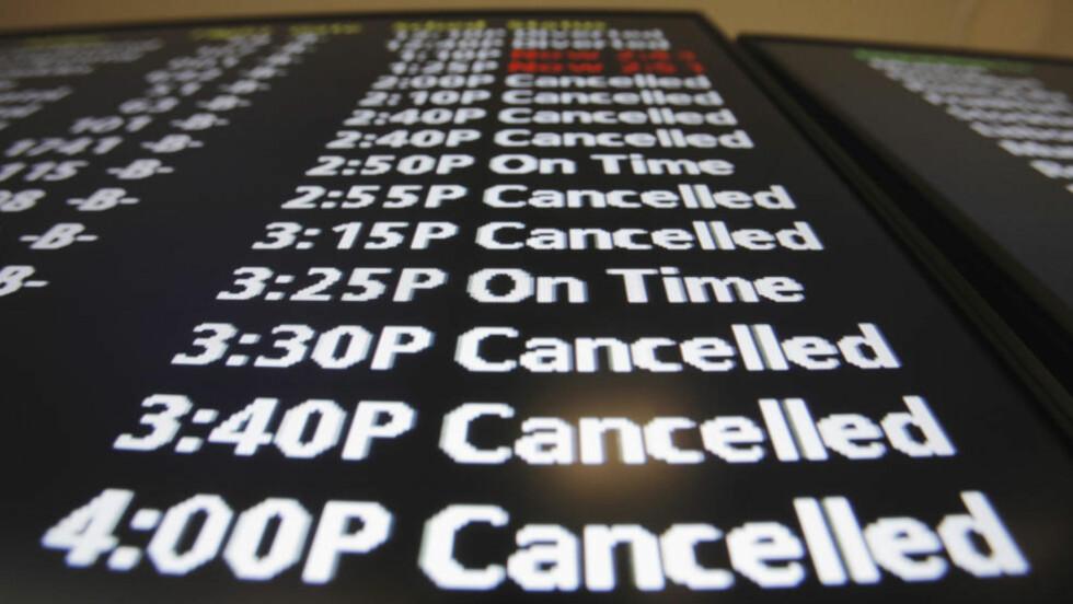 ÅPNER: Informasjonstavlene på Newark internasjonale flyplass hadde ikke mye hyggelig å fortelle mens flyplassen ble stengt under snøstormen som rammet USA mandag. Foto: Lucas Jackson/Reuters/Scanpix