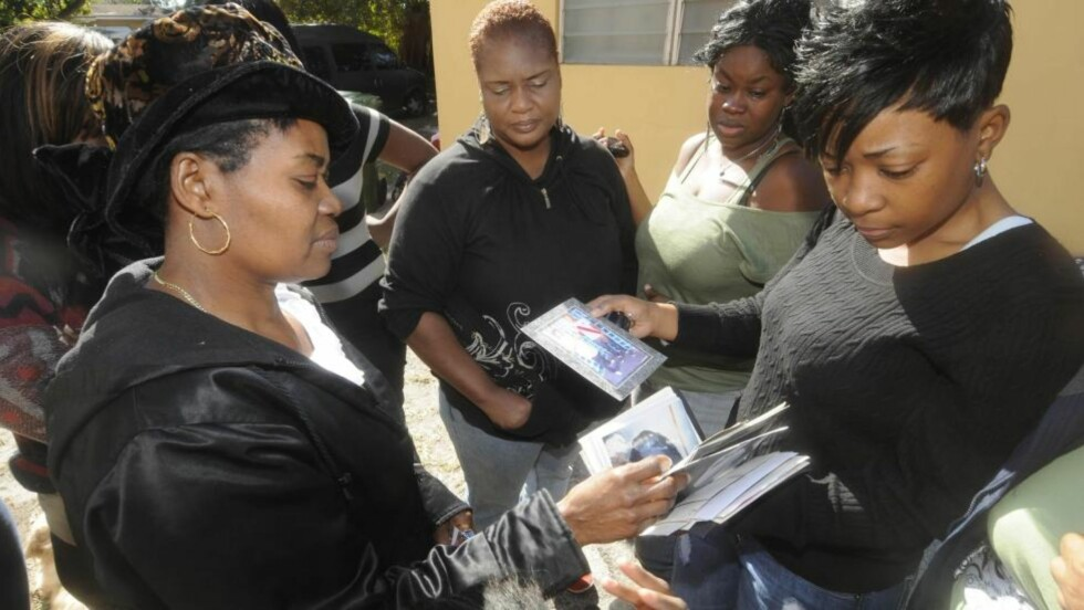 MISTET SØNNEN: Paulette Michel mistet sin 19 år gamle sønn, Evans Charles, da fem ungdommer mistet livet i en kullosforgiftningsulykke. Foto: AP Photo/Miami Herald, Peter Andrew Bosch