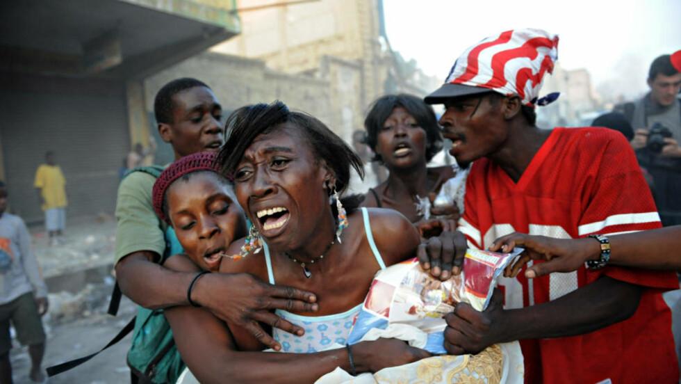 HAITI-KATASTROFEN MEST OMTALT: Haiti ble 12. januar rammet av et jordskjelv med styrke 7,0. som drepte 250.000 mennesker og la hovedstaden Port-au-Prince i ruiner. I oktober brøt kolera ut, og siden da har over 1.500 dødd, og epidemien har nådd hovedstaden. Jordskjelvkatastrofen i landet er den mest omtalte saken i norske medier i 2010, med over 19 000 saker i aviser, på nett, radio og på TV, viser ny undersøkelse. Foto: AFP PHOTO / ROBERTO SCHMIDT