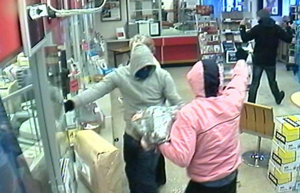 POSTRAN: Flere personer var inne på postkontoret da ranerne slo til. Politiet etterlyser disse to mennene etter ranet. Det ble avfyrt skudd under ranet. Foto: Posten/Politiet