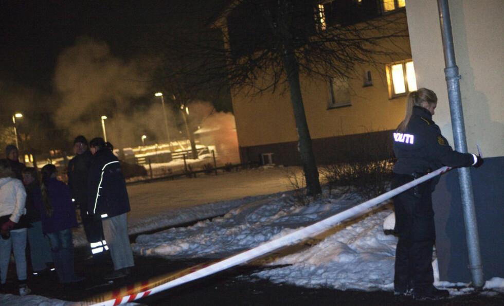 EVAKUERT: Politiet sperret av området rundt bygningen ved Hedelyparken i Greve. Foto: MARTIN SYLVEST ANDERSEN/SCANPIX