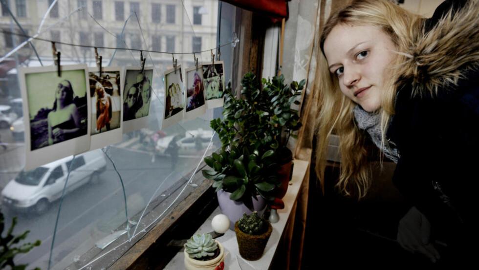 BRÅVÅKNET: Tone Hals Walseng (21) bråvåknet av et kraftig smell klokka 05.00 i dag tidlig. En sprengladning gikk av i gullsmedforetningen ved leiligheten hennes. Hals Walseng forteller at hun trodde det var en gasseksplosjon eller et terrorangrep. Hun løp ut i gata i bare pysjen for å se hva som hadde skjedd. Vinduer til flere foretninger ble blåst ut, og vinduet i leiligheten til Hals Walseng ble knust. Foto: John T. Pedersen/Dagbladet