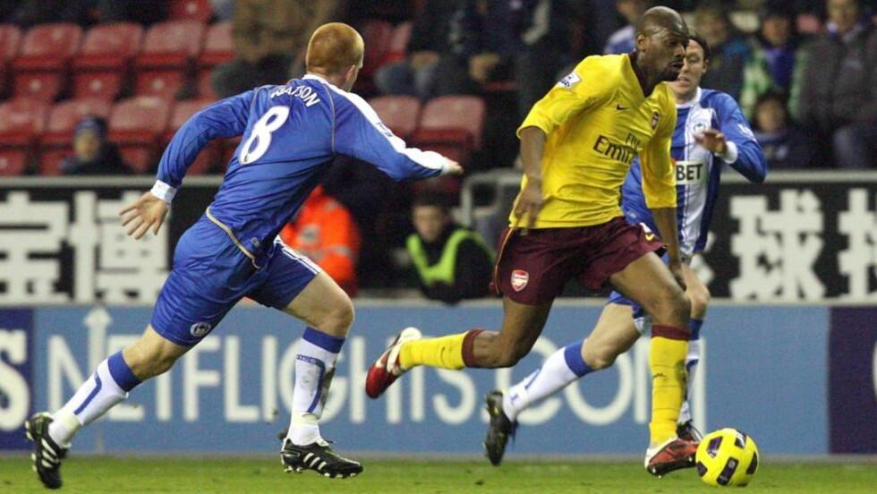 SKADD IGJEN: Arsenals Abou Diaby mister Arsenals kamper de neste ukene etter at han hinket av banen i oppgjøret mot Wigan i går.Foto: SCANPIX/EPA/LINDSEY PARNABY
