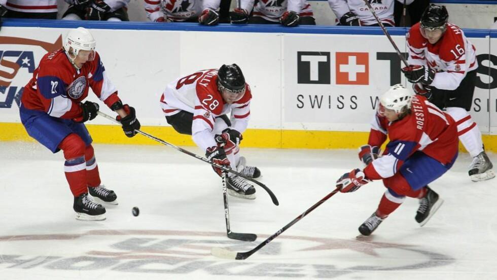 NYTT STORTAP TORSDAG: De norske hockeykrigerne, her representert ved Hans Kristian Hollstedt og Petter Røste Fossen, tapte 2-8 mot Russland torsdag. På bildet er de i aksjon mot Canada tidligere i uka, der det ble tap 1-10. Foto:  Rick Stewart/Getty Images/AFP