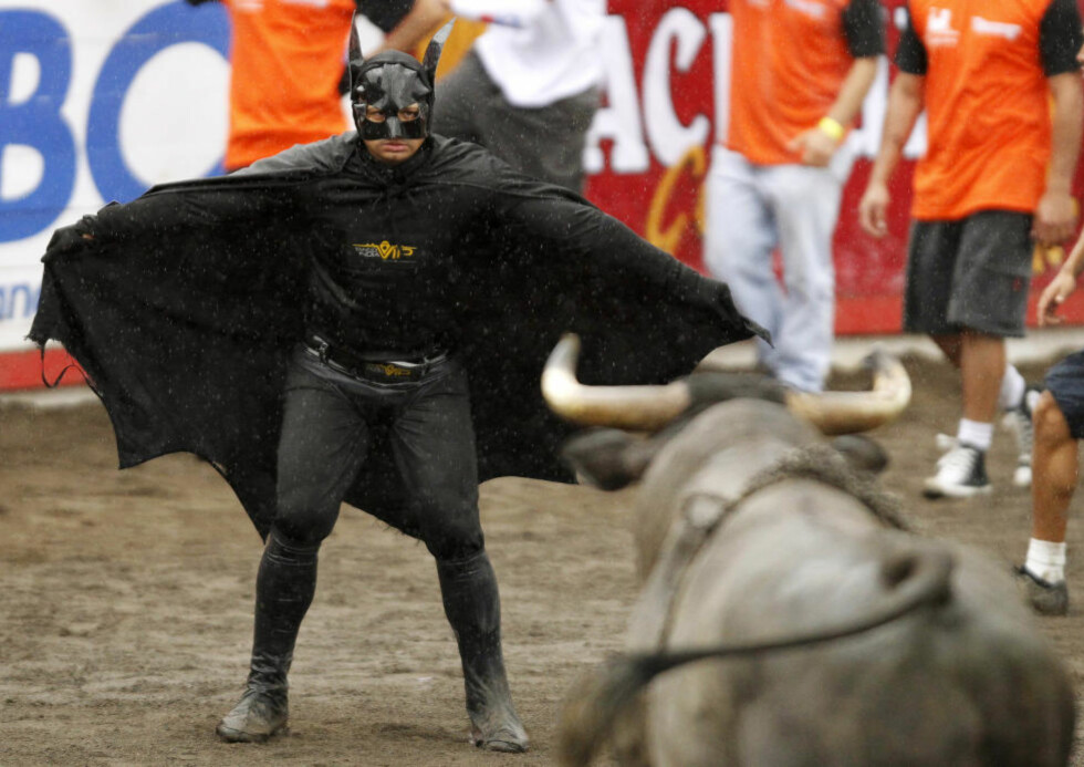 GA HVERANDRE BLIKKET: En mann utkledd som Batman utfordrer oksen under amatørdagen i tyrefekterrringen under nyttårsfestivalen i Zapote i Costa Rica. Foto: REUTERS/Juan Carlos Ulate/Scanpix