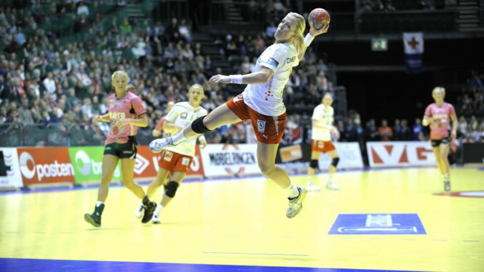 SISTE SESONG FOR LARVIK: Heidi Løke scoret åtte mål da Larvik i går knuste Våg Vipers 31-18 i cupfinalen. De neste to sesongene spiller hun i ungarske Györ. Foto: Aleksander Andersen / Scanpix
