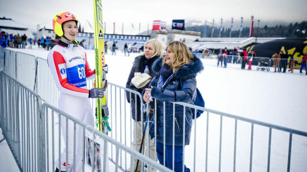 KRY: Tom Hildes mamma Tone (til høyre) var på plass i Garmisch-Partenkirchen i ettermiddag. At sønnen vant kvalifiseringen til Nyttårshopprennet, satte en ekstra spiss på opplevelsen.