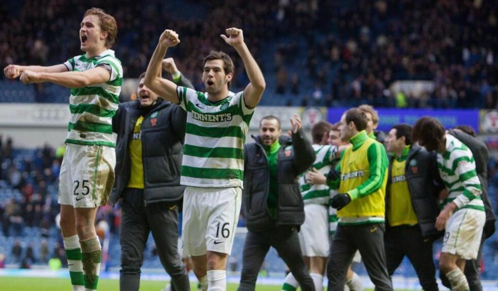 JUBLET: Thomas Rogne (t.v) jubler sammen med Celtic-spillerne etter å ha slått erkerival Rangers på Ibrox. Foto: AP Photo/Chris Clark