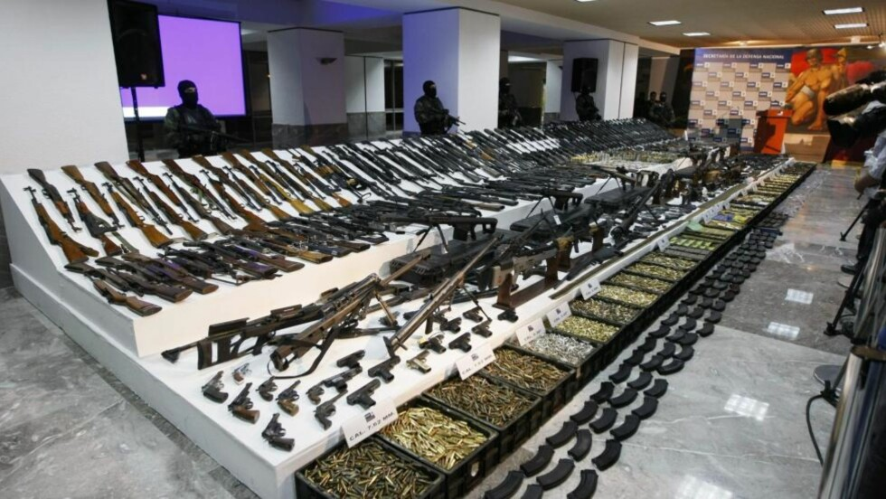 STORE BESLAG: Soldater vokter her over store mengder våpenbeslag i Mexico. Siden 2006 har myndighetene beslaglagt 93 000 våpen. Samtidig har den eneste våpenbutikken i landet solgt 26 000 åpen. Foto: AP Photo/Gregory Bull/Scanpix