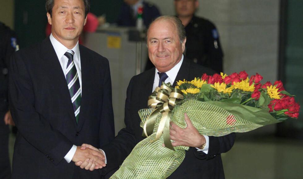 KJEMPER OM MAKTA: FIFA-president Sepp Blatter (t.h.) er mektig lei gjentatte angrep fra visepresident Chung Mong-joon (t.v.). Nå håper Blatter å bli kvitt den styrtrike koreaneren en gang for alle, ved å støtte en motkandidat blant sine venner i Qatar og andre Gulf-stater. Maktkampen er åpen, og Chung har flere ganger truet med å stille som motkandidat til Blatter om presidentskapet. Foto: REUTERS