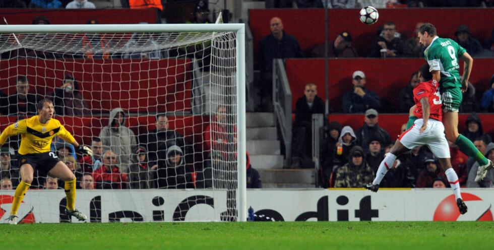 SCORET MOT UNITED: Edin Dzeko har allerede satt ballen i mål på Old Trafford, for Wolfsburg mot United i fjorårets Champions League. Nå skal han spille for City. Foto: AFP/ANDREW YATES