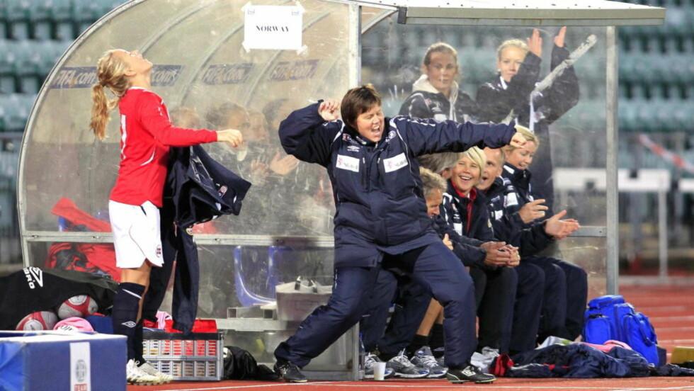 MER JUBEL? Eli Landsem tar to nye år som trener for det norske kvinnelandslaget. Her fra 2-0-seieren mot Ukraina som sikret plass i VM-sluttspillet. Foto: Gorm Kallestad / Scanpix