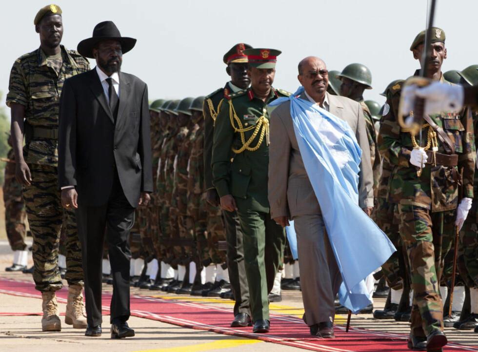 OVERRASKET ALLE: Sudans President Omar al-Bashir (t.h) ble idag ønsket velkommen av Sør-Sudans Presiden Salva Kiir Mayardit (t.v) i Juba. Under en tale overrasket Bashir alle når han sa: - Jeg vil hedre deres avgjørelse, selv hvis avgjørelsen er løsrivelse. Foto:Yasuyoshi Chiba/AFP/Scanpix