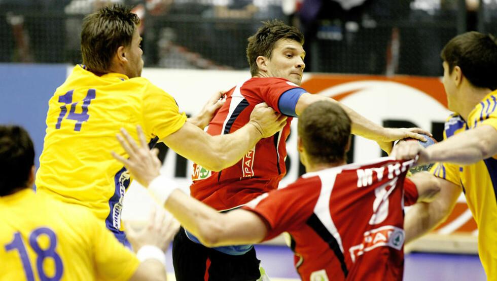 FÅR BESØK: Kristian Kjelling prøver å spille inn til Bjarte Myrhol i sjumålstapet mot Sverige. Gutta fikk ikke trøst av samboerne på hotellet i går kveld, men rett før VM-avreise får de besøk.