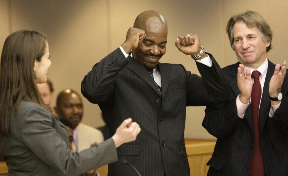 SEIRET TIL SLUTT: Cornelius Dupree (51, i midten) kan koste på seg et smil etter gårsdagens kjennelse. Han flankeres av advokatene Nina Morrison og Barry Scheck. Foto: MIKE FUENTES/AP/SCANPIX