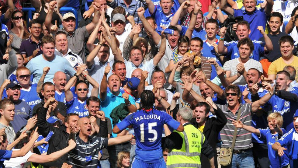 FERIELYKKE? Du kan erstatte vinterferien på fjellet med fotballjubel i England. Her feirer publikum Chelseas Florent Malouda, som scoret åpningsmålet i denne Premier League-kampen mot Stoke City på Stamford Bridge i august i fjor. Foto: AFP PHOTO / LEON NEAL