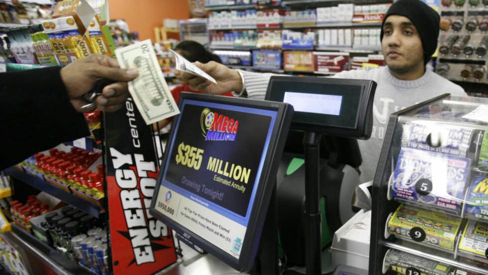 355 MILLIONER DOLLAR: Mega Million lodd har blitt omsatt for rekordstore summer i USA. Foto: AP/SCANPIX.