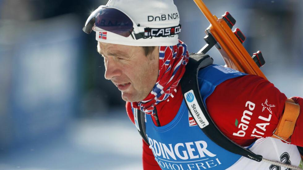 SUPERETAPPE: Ole Einar Bjørndalen vekslet på 13.-plass, men gikk Norge helt opp på pallen med en fantastisk ankeretappe på stafetten i Oberhof.Foto: SCANPIX/AP Photo/Darko Bandic