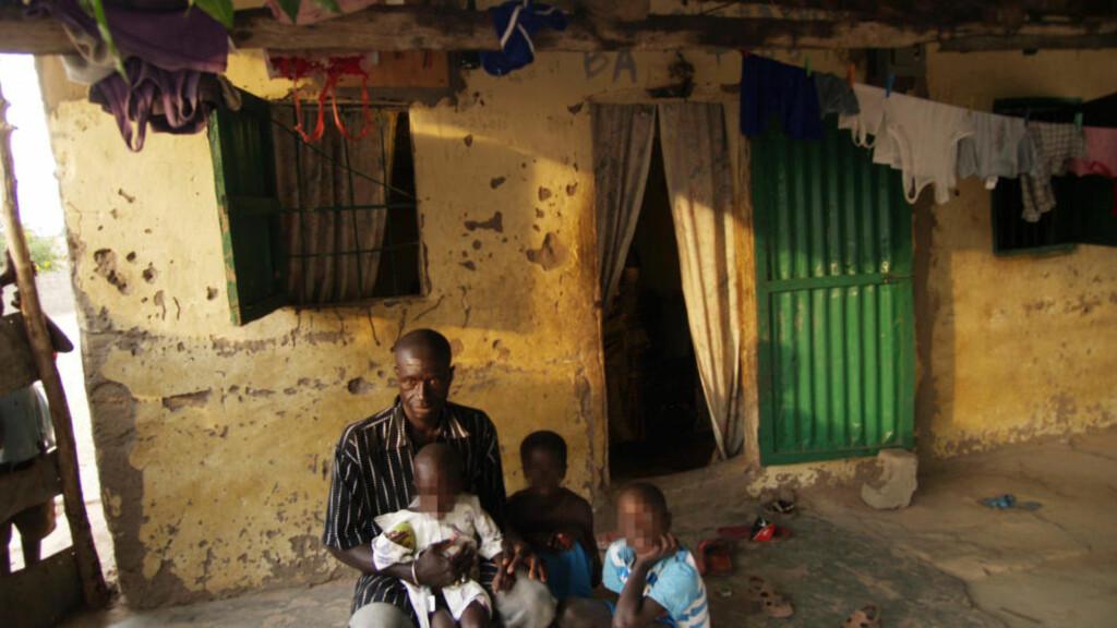 MISTANKE OM MISBRUK: Bakari Bojenj er far til fire av guttene som ble funnet på rommet til nordmannen som er arrestert i Gambia. Barnevernet kjente til at nordmannen skulle ha misbrukt sin egen sønn, men unnlot å anmelde fordi man mente barnets beste tilsa «ro i familien». Foto: Torgeir Krokfjord