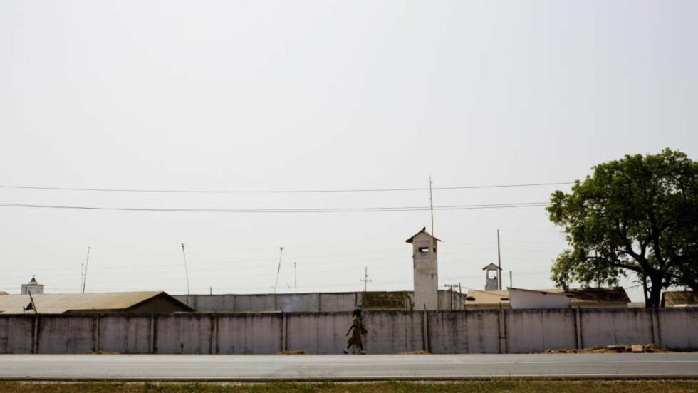 Banjul, Gambia 20110101. Bak murene her i det beryktede Mile-2 fengselet utenfor Gambias hovedstad Banjul sitter 45-åringen fra Telemark.  Foto: Stringer / Scanpix