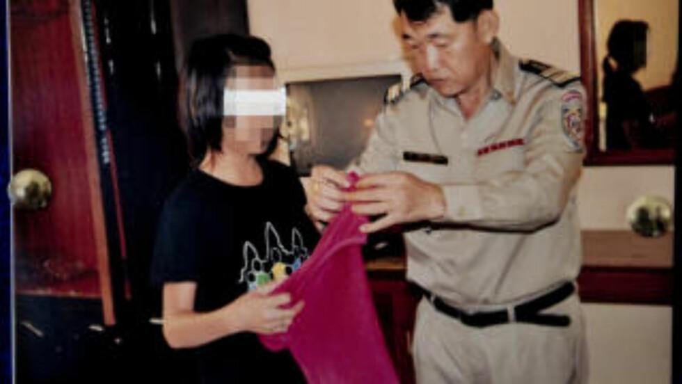 SNAKKER MED OFFER: Anti-traffickingsjefen i Siem Reap, Sun Bonthong, snakker her med en jente som har vært offer for internasjonale reisende overgripere. Foto: Politiet i Siem Reap