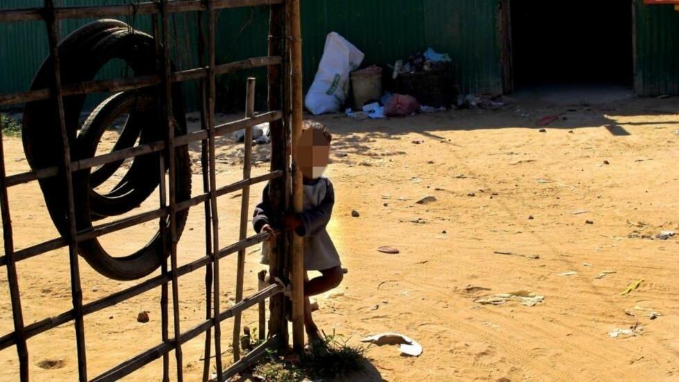 FRA SLUMMEN: Denne lille gutten forsøkte å få kontakt med Dagbladet da vi gikk igjennom slummen i en av de fattigste landsbyene i utkanten av Siem Reap i Kambodsja. Barna fra slumområdene i Kambodsja er svært utsatt når det gjelder reisende pedofile overgripere, ifølge organisasjonen APLE. Foto: Siril K. Herseth/DAGBLADET