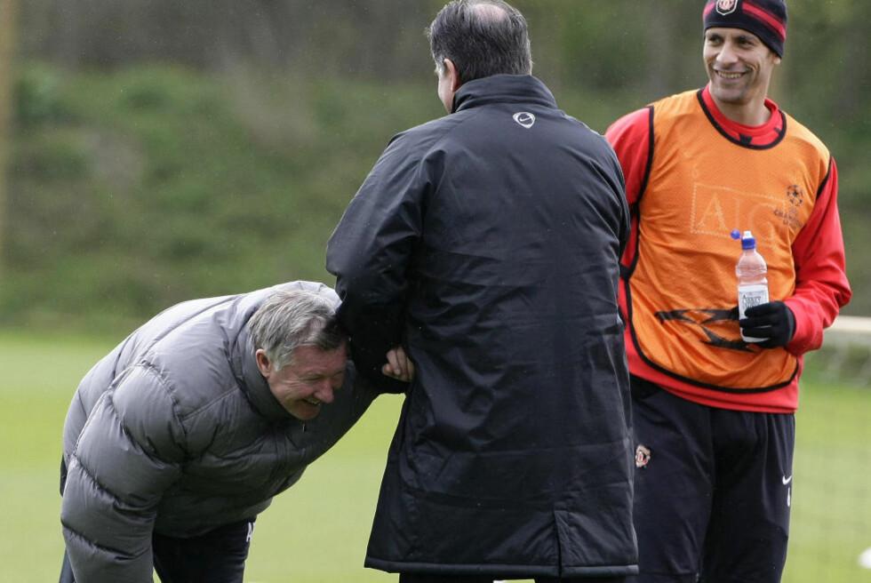 - JEG HAR NOE IKKE DU HAR: Alex Ferguson har vunnet FA-cupen. Det har ikke United-stopper Rio Ferdinand. Det er neppe det Ferguson ler av på dette bildet fra 2008, men hvem vet? Foto: Phil Noble, Reuters/Scanpix