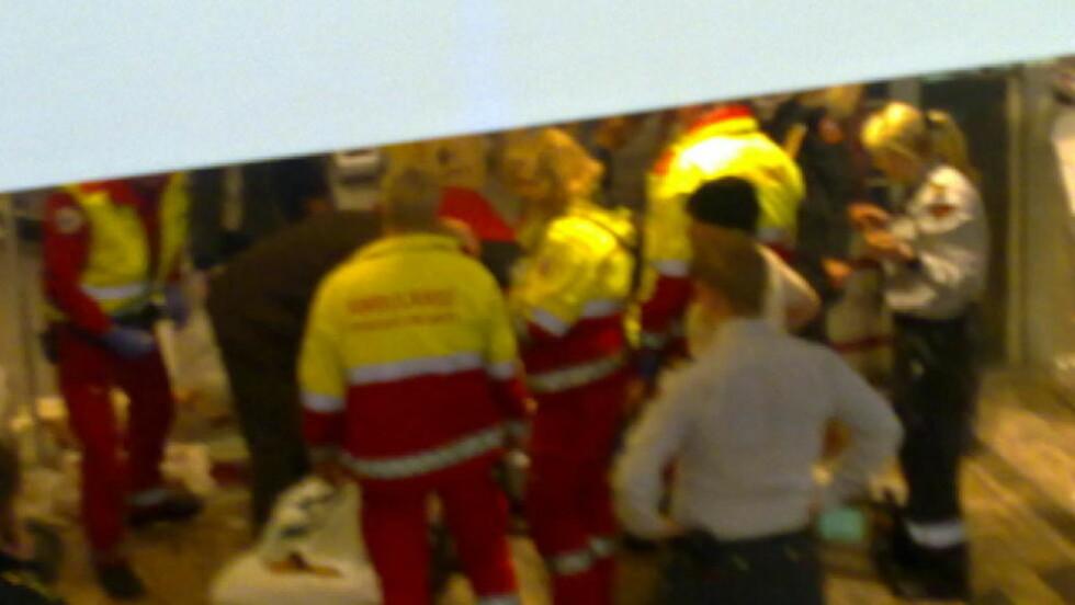 KNIVSTUKKET: Her har ambulansepersonell og politi kommet til stedet der den 31-årige kvinnen ble knivstukket midt i Lillestrøm sentrum. MMS-foto: Emilie Bøe Arnesen