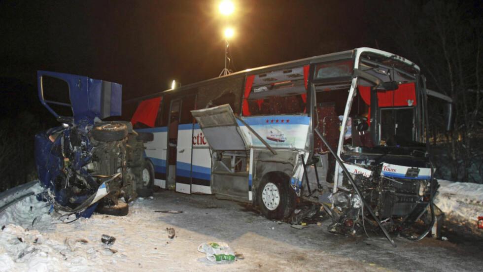 GJENNOM FRONTRUTA: En av jentene på Bossekop Ungdomslag fløy gjennom frontruta på bussen som var involvert i ulykken i Lavangsdalen fredag hvor 5 personer omkom. Foto: Tom Benjaminsen / SCANPIX