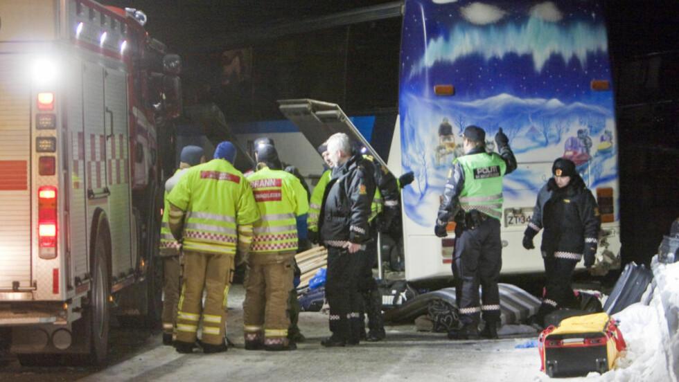 Lavangsdalen  20110107. Fem personer omkom i en kollisjon mellom en buss og to personbiler i Lavangsdalen i Troms fredag ettermiddag. Redningsmannskaper i arbeid ved bussen. Foto: Jan-Morten Bjørnbakk / SCANPIX