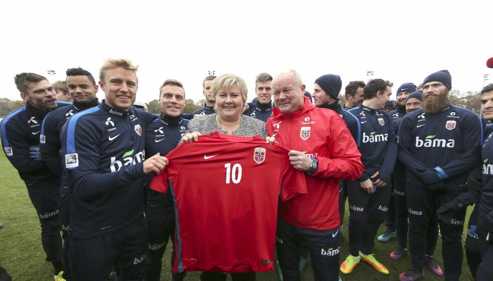 STAS: Statsminister Erna Solberg fikk en landslagstrøye med nummer 10 på da hun besøkte Per-Mathias Høgmo og co. i formiddag. Foto: Vidar Ruud / NTB Scanpix
