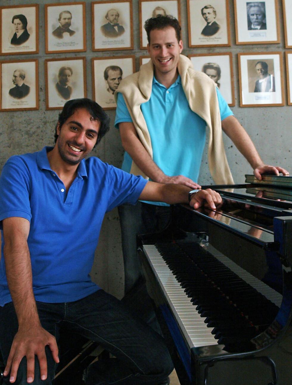 SAMSTEMTE: Nikolaj Znaider (bak) og Saleem Abboud Ashkar er enige om det meste, både musikalsk og i forhold til konflikten mellom Israel og palestinerne. Under Festspillene i Bergen spiller de Schumann med Bergen-Filharmonien, både som solister og dirigenter for hverandre.  Foto: Terje Mosnes