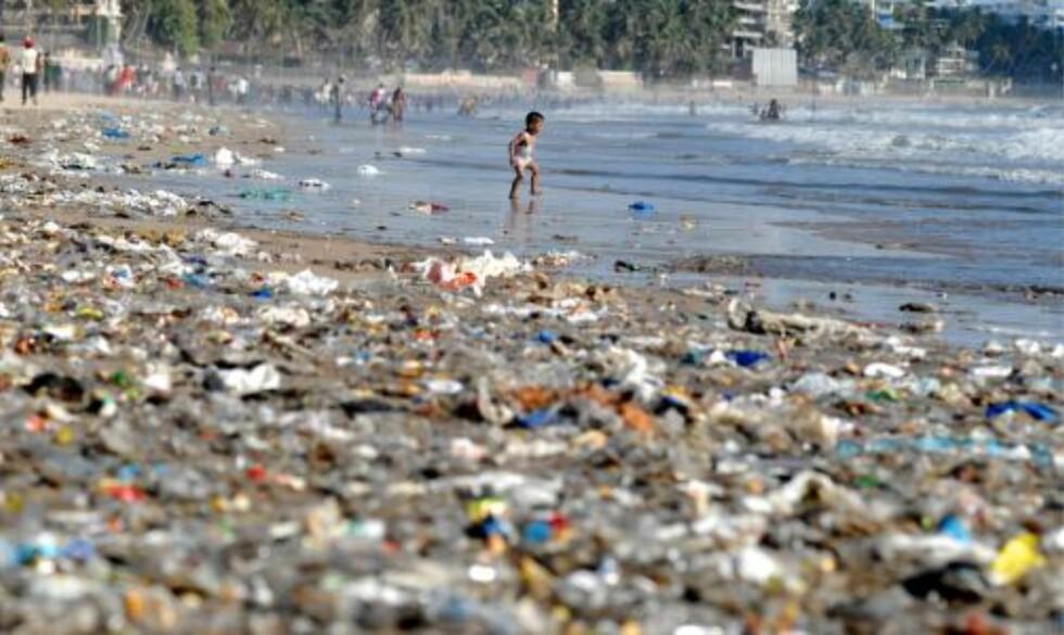BLIR ALDRI BORTE: For plast vil aldri brytes helt ned. I stedet vil det brytes ned i mindre og mindre biter i tusener av år etter at det først ble produsert. Slik går miljøfarlige stoffer inn i matkjeden vår og skader miljøet. Foto: EPA/DIVYAKANT SOLANKI