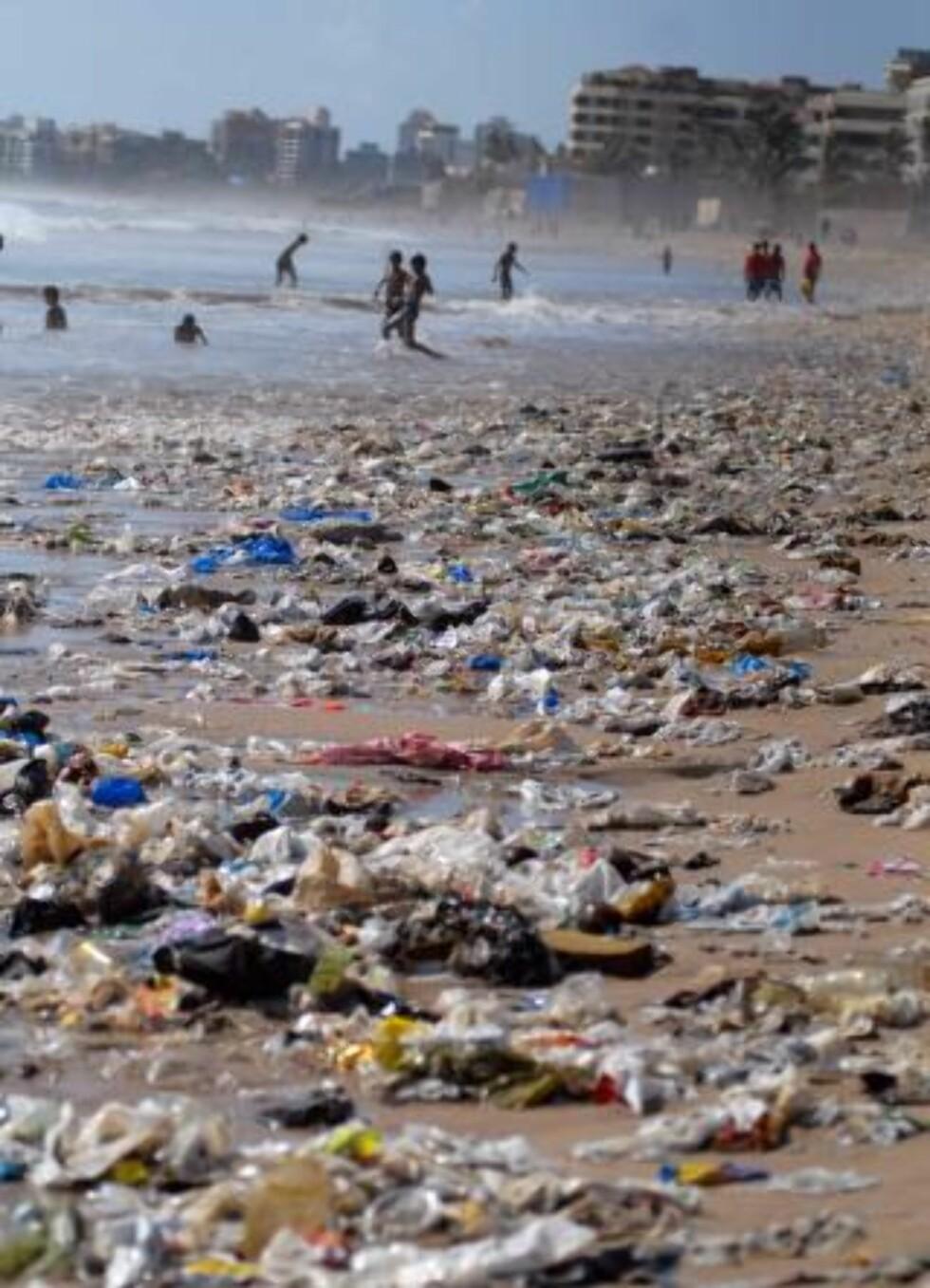 MER OG MER PLAST: Plastkonsumet øker i hele verden. Mellom 500 milliarder og 1 billion plastposer blir brukt i verden hvert år. Her fra Mumbai, India. Bildet er fra i dag. Foto: EPA/DIVYAKANT SOLANKI