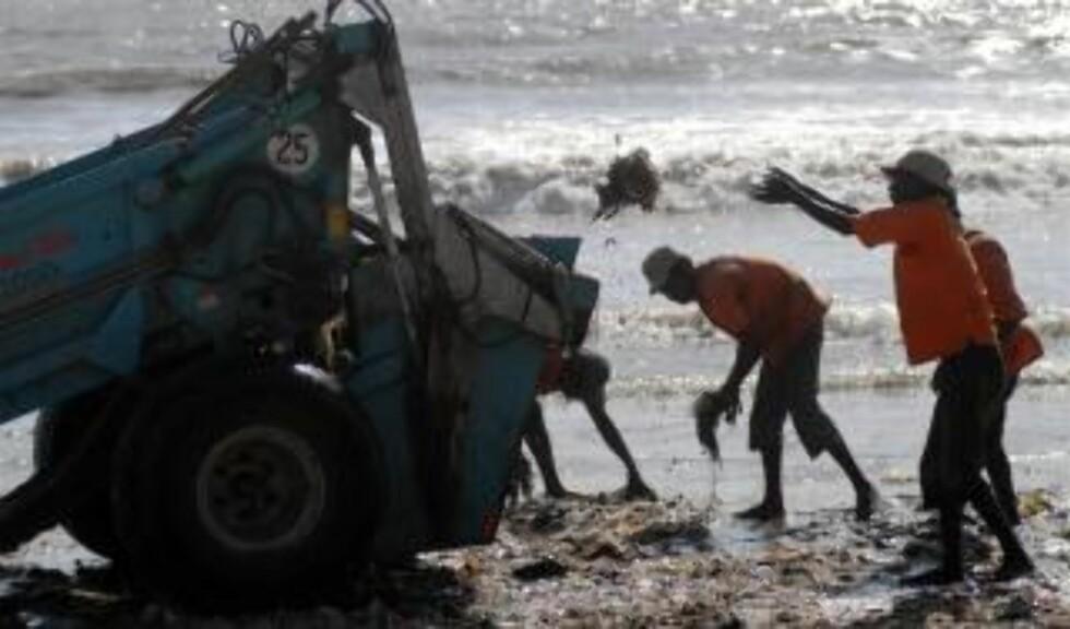 HER RYDDER DE OPP: Fra Juhu Beach i Mumbai, India, i dag. Foto: EPA/DIVYAKANT SOLANKI