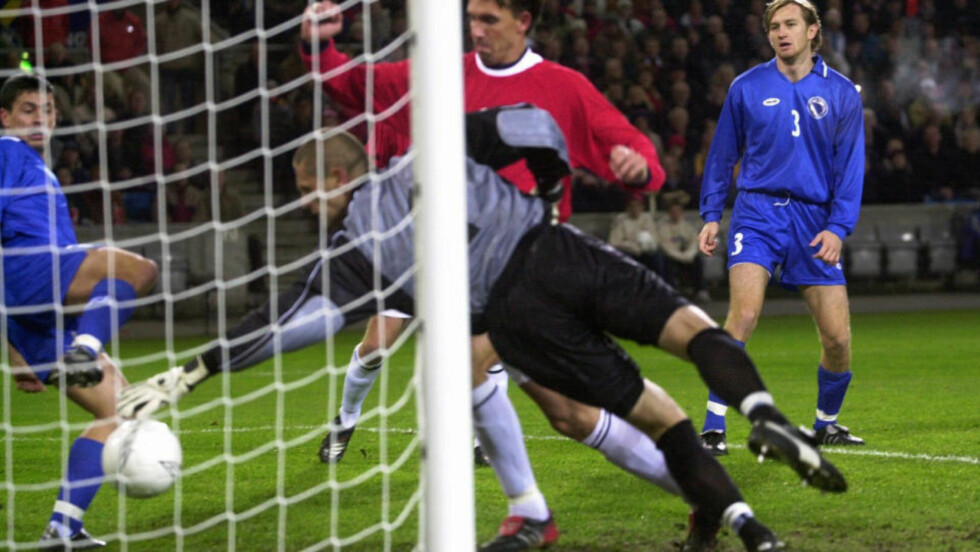 KJENT MÅL: Claus Lundekvam scoret Norges landslagsmål nummer 1000 i kampen mot Bosnia i oktober 2002. Foto: Tor Richardsen, Scanpix
