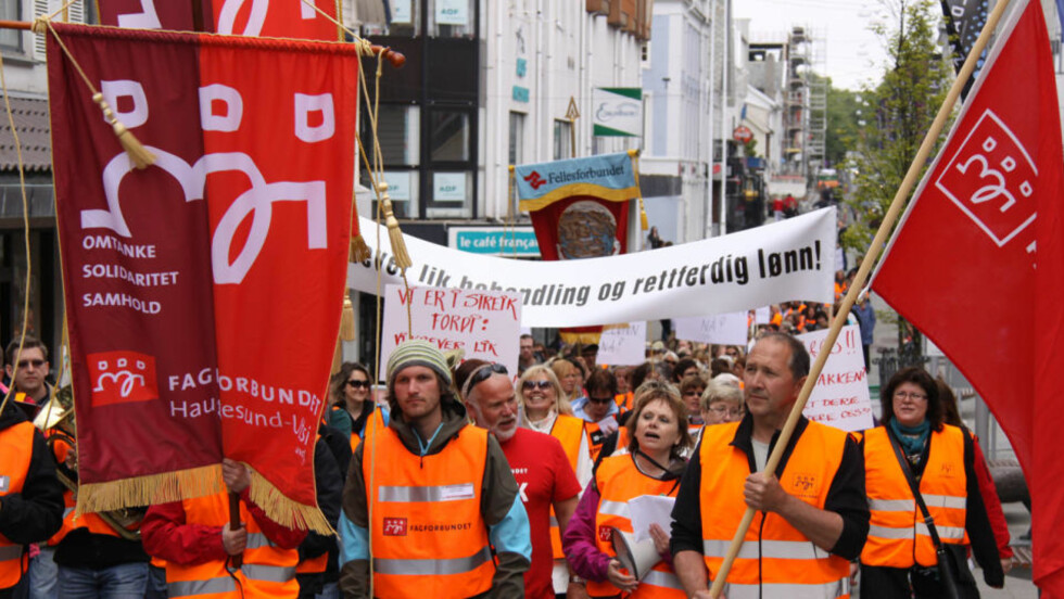 AKSJONERTE: Streikende kommuneansatte fra Haugesund og Karmøy togeT gjennom Haugesunds gater onsdag ettermiddag. Foto: Tor André Johannessen / Scanpix