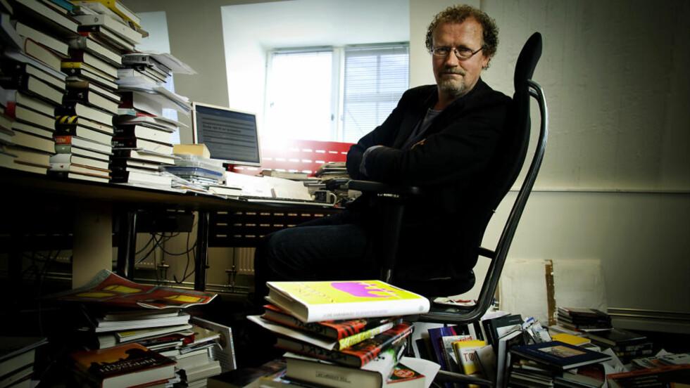 KOLLEGA: På kontoret sitt sitter Fredrik Wandrup og skriver en sak med tips og råd til nye anmelderkollegaer her på Dagbladet.no. Nå kan du bli en av dem. Foto: Bjørn Langsem/DAGBLADET.